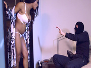 Kiki Minaj discovers she's being robbed and decides to seduce the burglar