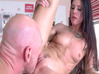 India Summer gets her tight trimmed cunt eaten out